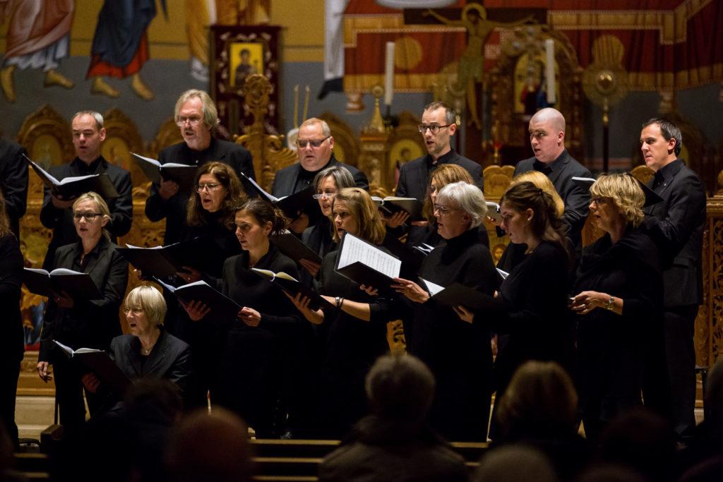 Die Tenöre und Altistinnen der Cappella Aquensis schauen beim Konzert zu ihrem Dirigenten