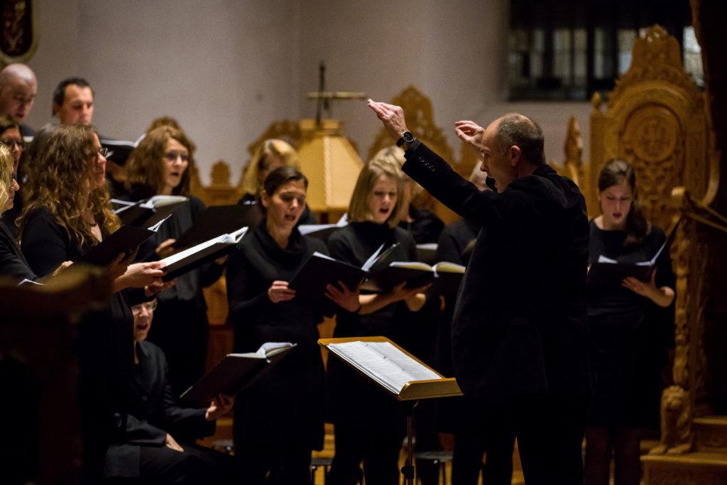 Der Dirigent der Cappella Aquensis, Ulrich Brassel, während des Konzertes